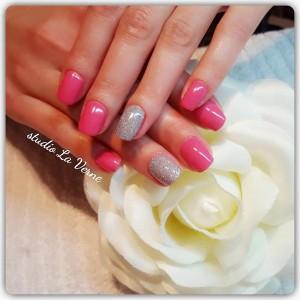 rozi-glitter-nokti-gel